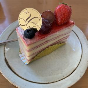 昨日のおやつはパティスリーYOSHIのケーキ。