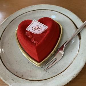 今日のおやつはショコラティエマサールさんのケーキ。