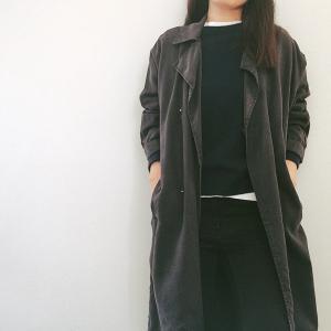 秋のパリジェンヌスタイルには、ニュアンシーなブラックトレンチを投入