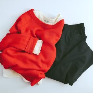 白シャツと赤ニットのレイヤードコーデ