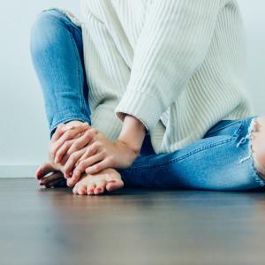 足首を揉んで、凝りをほぐし、疲労回復