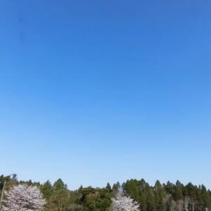 午後からは 霞か雲か 春の空