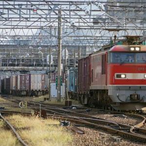 駅を発つ貨物EF510-12