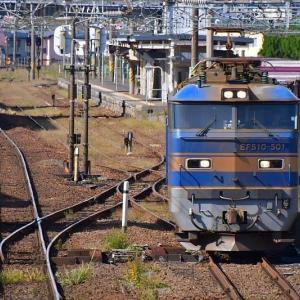 駅を通過する青のトップナンバーEF510-501