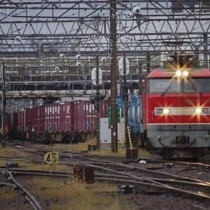雨の駅を発つ貨物EF510-15