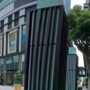 高層ビル群のド真ん中にある「福徳神社」…日本橋室町(東京)