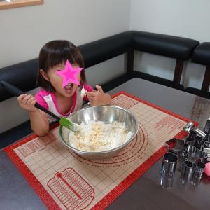 2歳10ヶ月4日までの娘の成長のまとめ★クッキー作り中の娘★