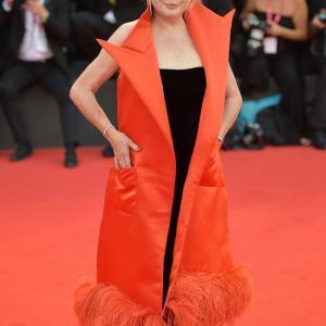 [追伸記事] カトリーヌ・ドヌーブの黒と赤の痩せ見えドレス、後ろから見たらどうなっている?