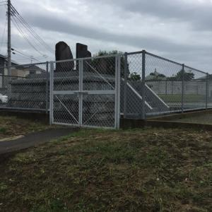 何で柵に囲まれてる?