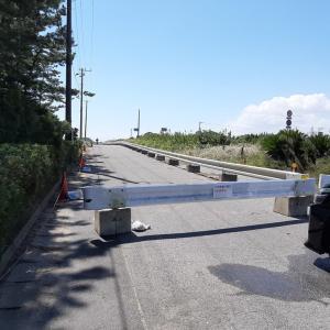 閉鎖された片貝海岸駐車場と多くの観光客
