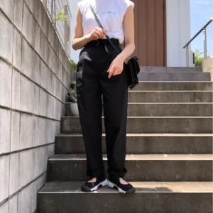 ユニクロ脚長パンツ×刺繍ロゴが可愛いTシャツコーデ