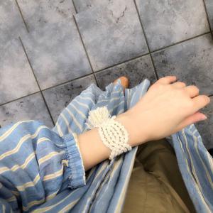ナチュラルな装いにマクラメ編みのブレス