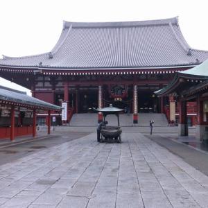 新調された浅草寺本堂の「施無畏」扁額 200614