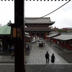 東京アラート解除後初の週末、浅草寺の新「施無畏」篇額 200614