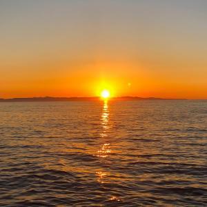 日没のまさにその時に。