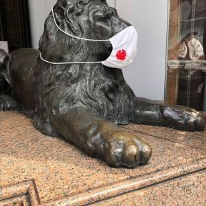 三越のライオンもマスクでお客さんをお出迎え