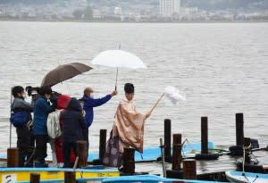 ワカサギ釣り活気期待 諏訪湖で安全祈願式       長野日報