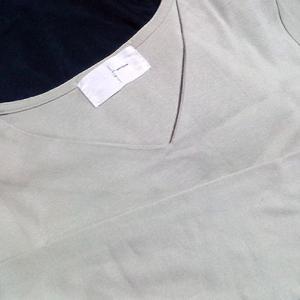 antiquaのコットンVネックロンT。プチプラで綺麗に着れる