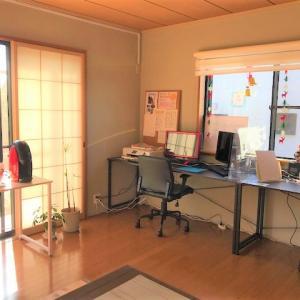 パソコン教室に新しい机を設置しました♪
