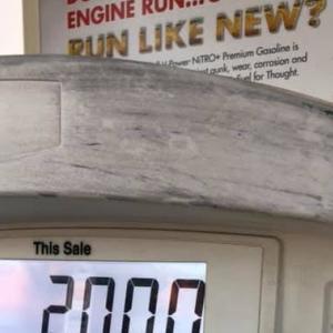 アメリカ ガソリン 入れました。