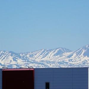 夏日の北海道  山々の雪も残り少なく