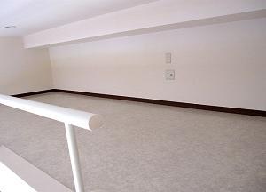 家賃2万円の屋根裏で腰を曲げて生活する40歳の実態