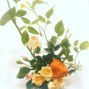 今日はほおずきで生け花を…