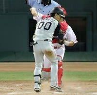 打者が空振りして捕手の送球動作を妨害