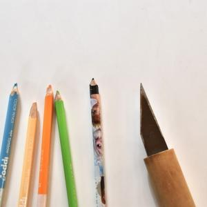 6歳の娘、小刀で鉛筆を削る