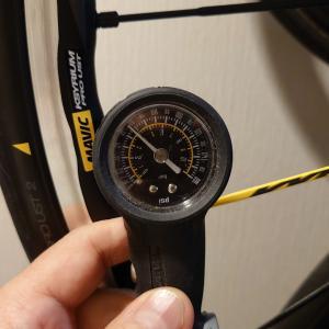 MAVIC USTタイヤの2週間後の空気圧を計測