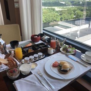 東京人が東京ホテルに泊まる。