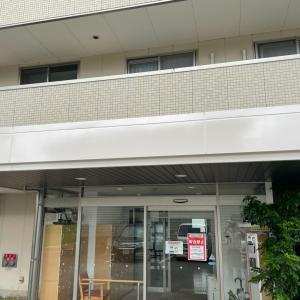 今日は介護施設の玄関パラペットの塗替え