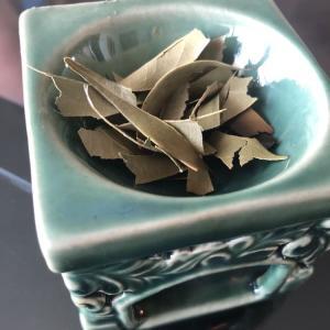 お茶の葉を焚く