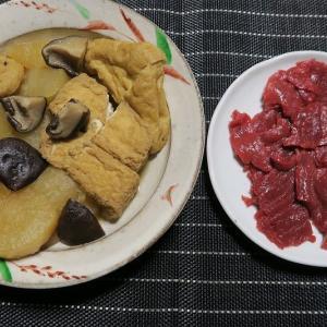 大根煮と馬刺し、小鉢はチャ~シュ~サラダと切干大根煮・・・