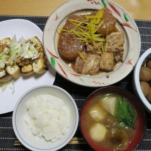大根と豚バラのべっこう煮、じゃんぼ油揚げ焼き、まるこんの醤油煮、芋汁。炊屋食堂の田舎menu・・・