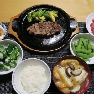 土曜日は肉よ、牛ひれステーキと馬刺し、炊屋食堂の質素倹約一汁一三菜、簡単安く旨く・・・庶民の味。