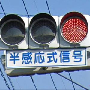 福岡県民あるある。反感応式信号の字が読めない。意味が分からない人が急増してますね。