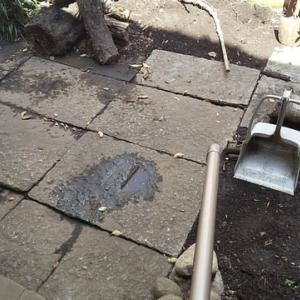 庭石を持ち上げる