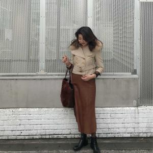50代コーデ☆ベージュショートジャケット×ブラウンレザーロングスカート秋のコーデ