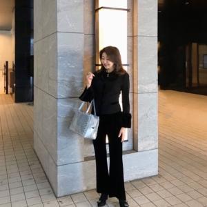 50代コーデ☆ベロアフリルがポイントのジャケット×ベロアパンツのFOXEY NYブラックコーデ