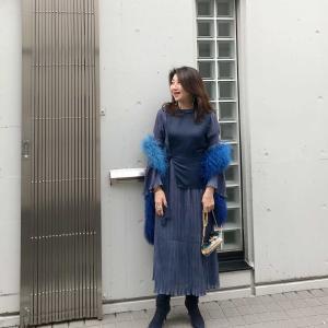 50代コーデ☆ワンピと小物のブルー系グラデーションと×ゴールドコーデ