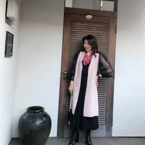 アラ還、50代コーデ☆華やかネックレスにをアクセントにピンクロングジレ×ブラックのIラインコーデ