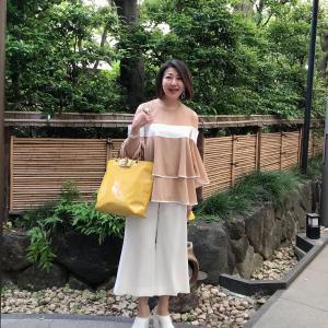 アラ還、50代コーデ☆マスタードのバッグを差し色にカットオフショルダーのベージュ×ホワイトコーデ