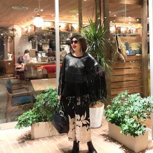 アラ還、50代コーデ☆ブラックレザーフリンジポンチョの大人きれいめカジュアルコーデ