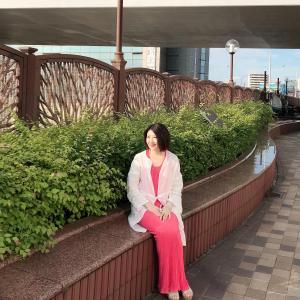 アラカン、50代コーデ☆夏日はリネンライトコートにマキシワンピのホワイト×コーラルピンクコーデ