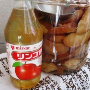 家にあるりんごを酢に漬けて50日、自家製りんご酢で柿なます♪