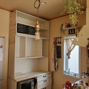 キッチン背面の壁紙張り