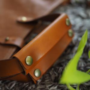 真夏の手汗を気にせずレザーのバッグを使うことが出来る、素敵なグッズ!【PR】