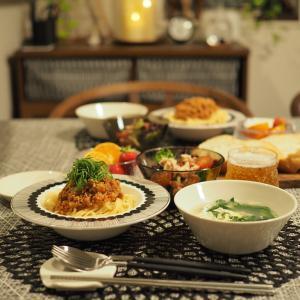 お気に入りの器とテーブルクロスで、和風ミートソースパスタの晩ごはん。