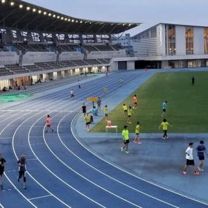 夜の陸上競技場